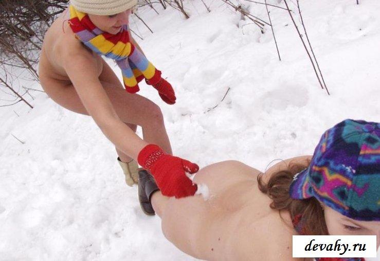 Голые письки эротичных подружек снегурочек на снегу (Пятнадцать эро фото)