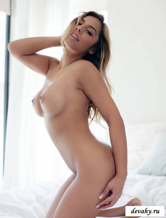 Девушка позирует с идеальными дойками   (Пятнадцать эро фото)