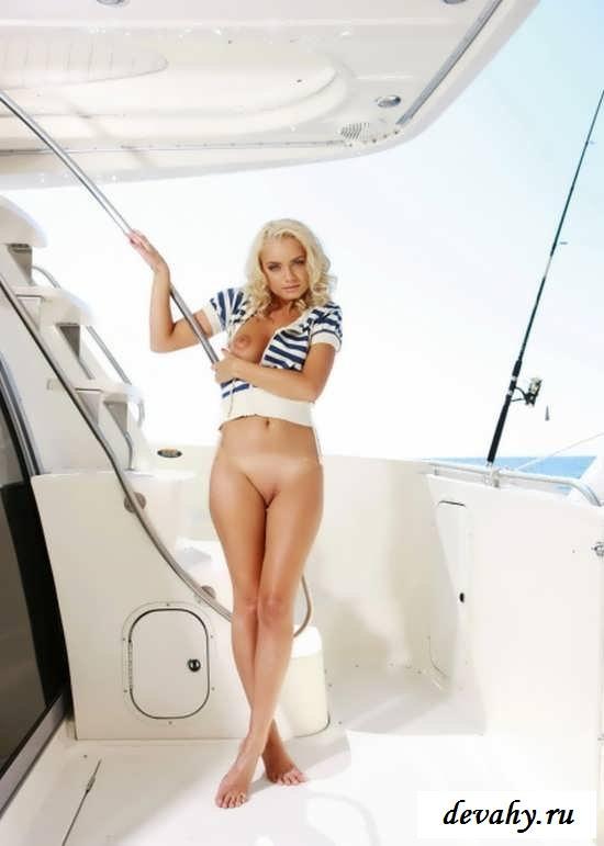 Красивая деваха раздетой катается на яхте (15 эро фоток)