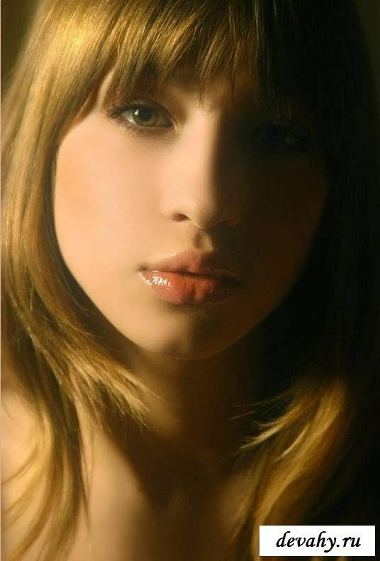 Огненная попа голой модели с крашенными губками (16 картинок в галерее)
