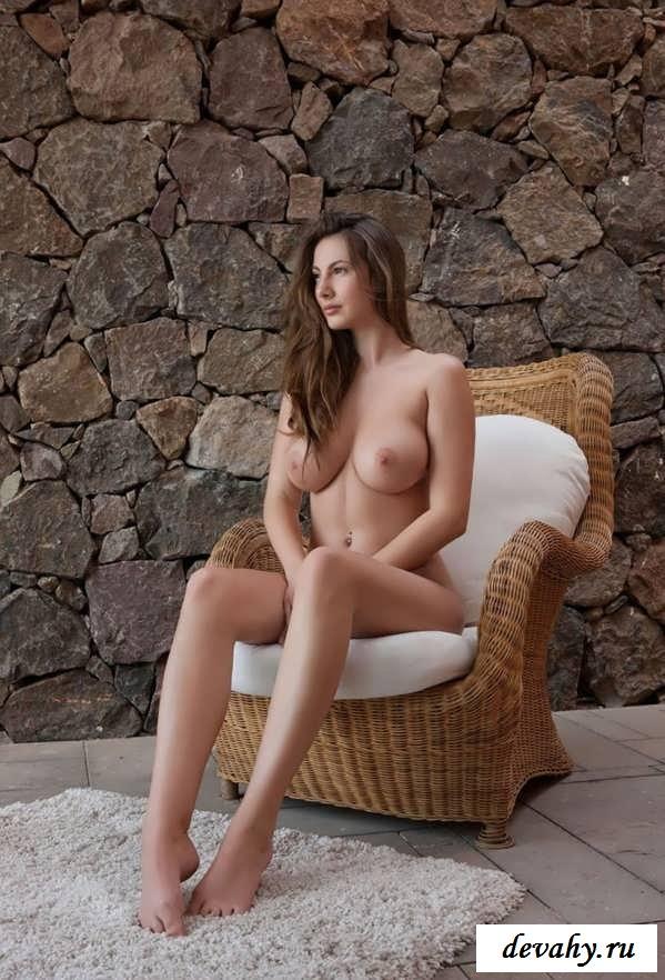 Изящная эротика натуральной милашки (Пятнадцать обнаженные фото груди)