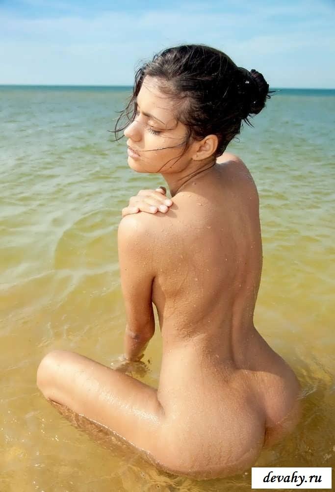 Раздетые бабы на берегу моря купаются в воде (16 интим фото)