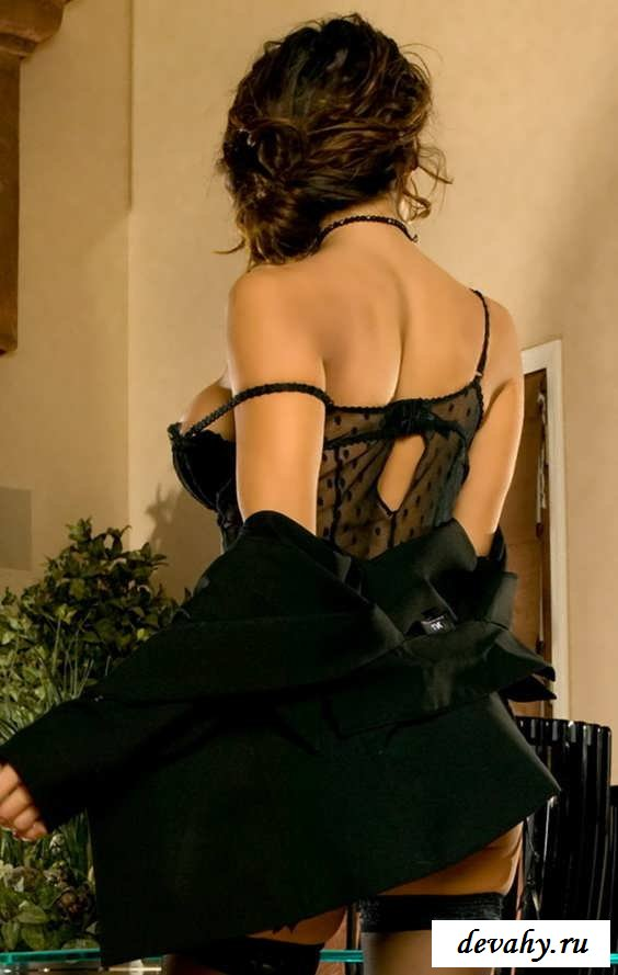 Впечатляющая задница голой барышни на работе (15 эротичекских картинок)