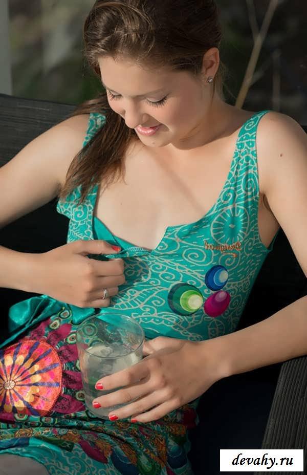 Рабочая мандушка обнаженной молодой брюнетки (16 фото эротики)