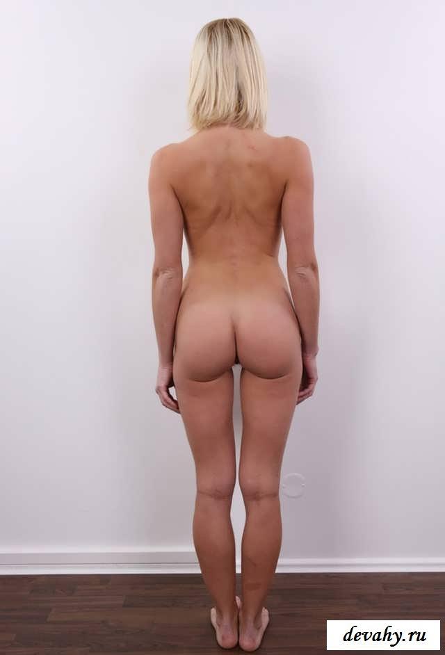 Небритая киска голой суки на кастинге  (16 интим фото)