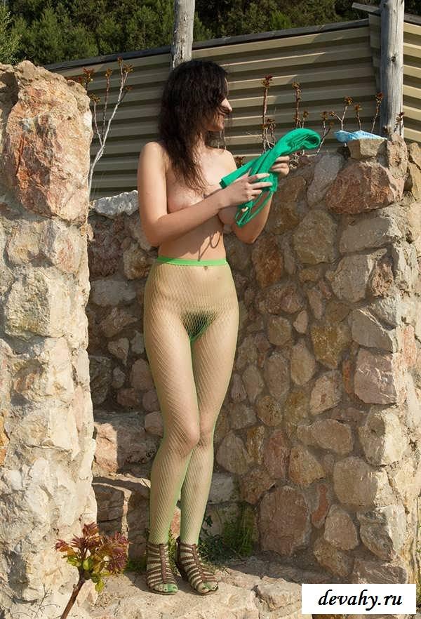 Висячие сисянры раздетой девушки на лестнице  (15 фото эротики)