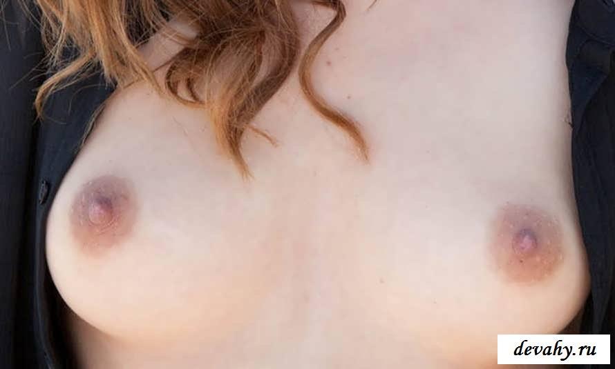 Милые соски голой  девчонки у моря (15 фото эротики)
