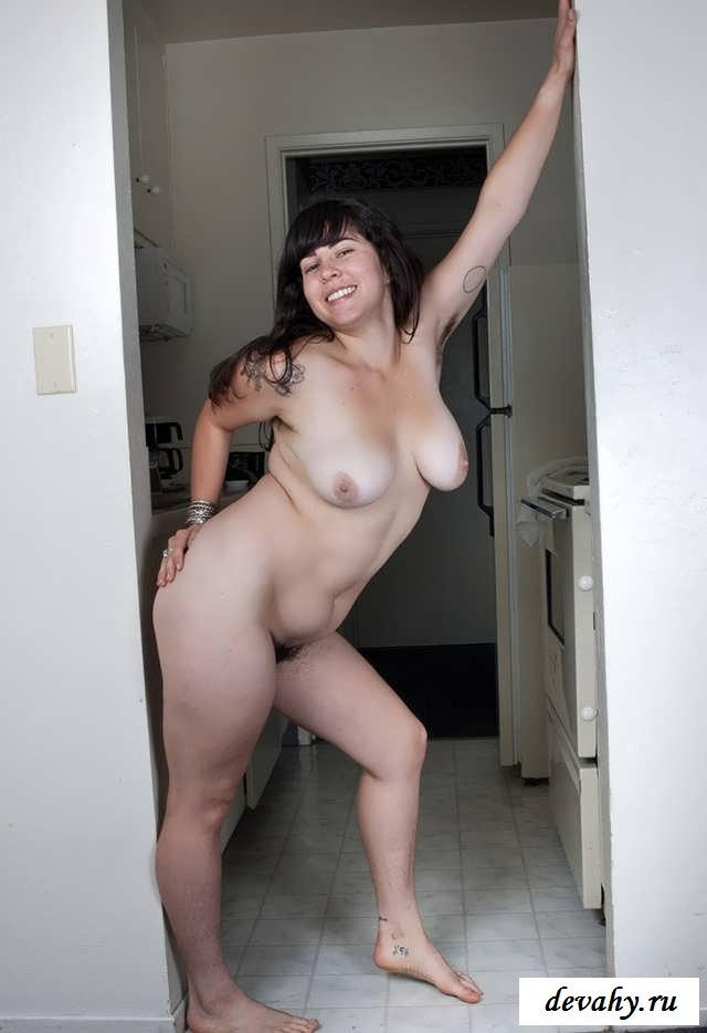 Голая молодая пышка с отвратным телом  (16 фото эротики)