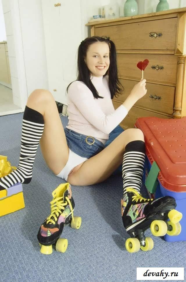Обнаженная Юная сучка с узкой пилоткой на роликах (15 эротических снимков)