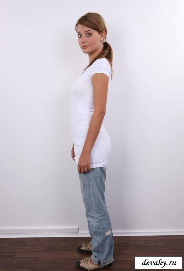 Грудь обнаженной первокурсницы в джинсах (18 эро картинки)