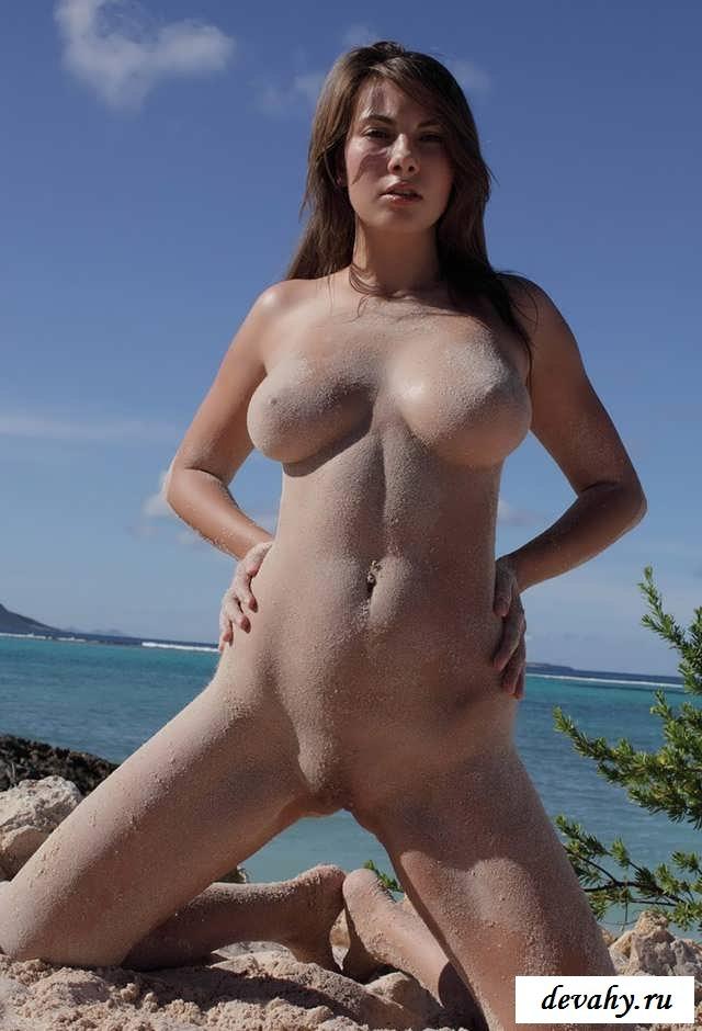 Большие буфера и голенькие особы женского пола на берегу моря (18 эро картинки) секс фото