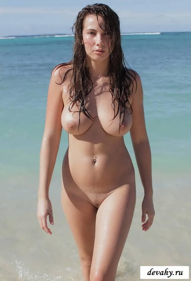Большие сиськи и голые женщины на пляже (18 фото эротики)