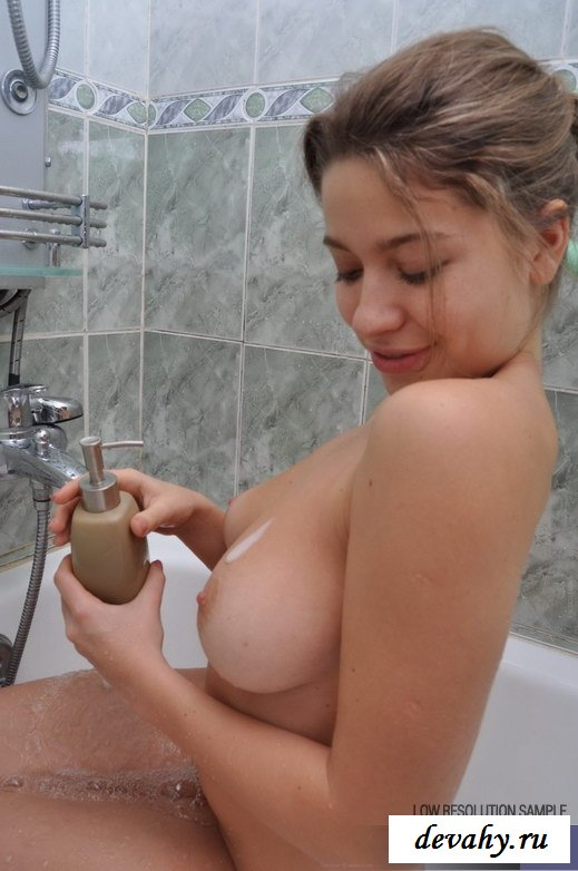 Классное тело купающейся милашки
