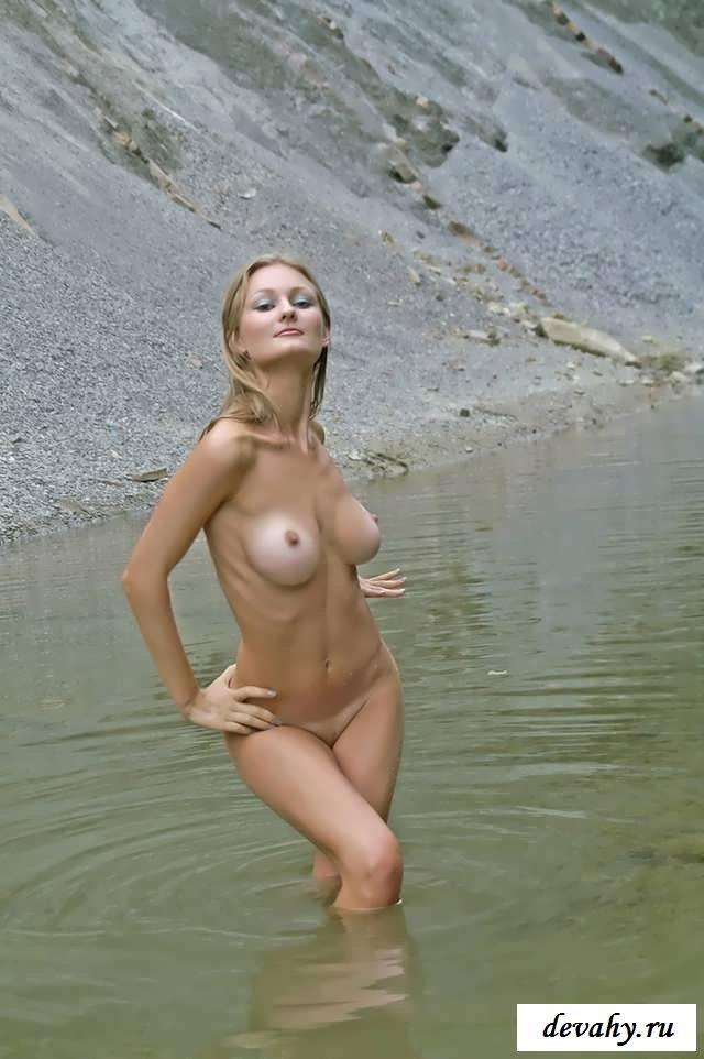 Пися обнаженной девушки на голом пляже (16 фото эротики)