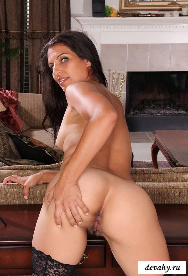 Привлекательная голая секретарша разделась перед боссом  (15 фото эротики)