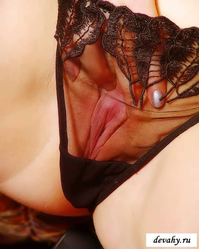 Раздетая  девка выставит  крупные буфера (15 фото эротики)