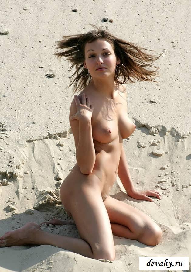 Голая девушка у моря на голом пляже (15 эротичекских картинок)