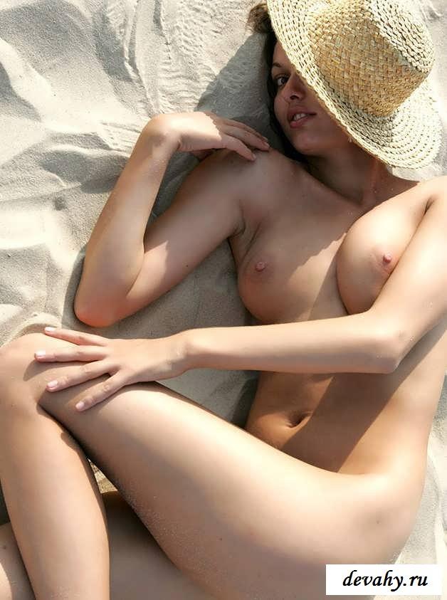 Обнаженная девушка на песке на голом пляже (15 фото эротики)