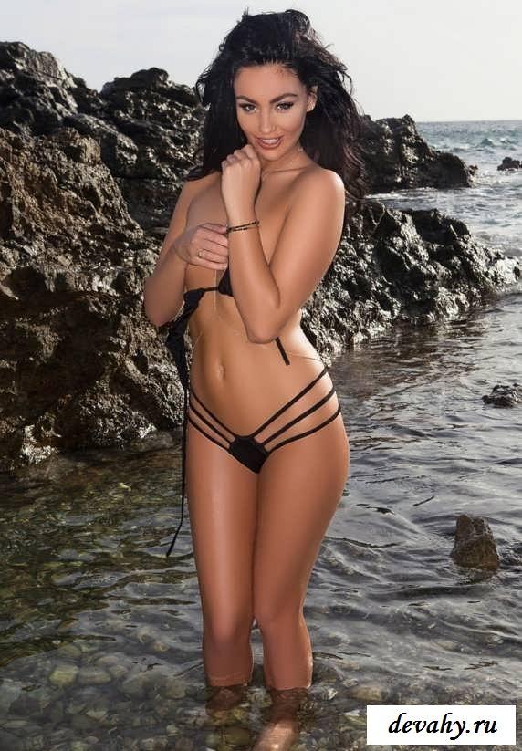 Приятная грудь обнаженной Kristie Taylor на песке   (19 эро фотки)