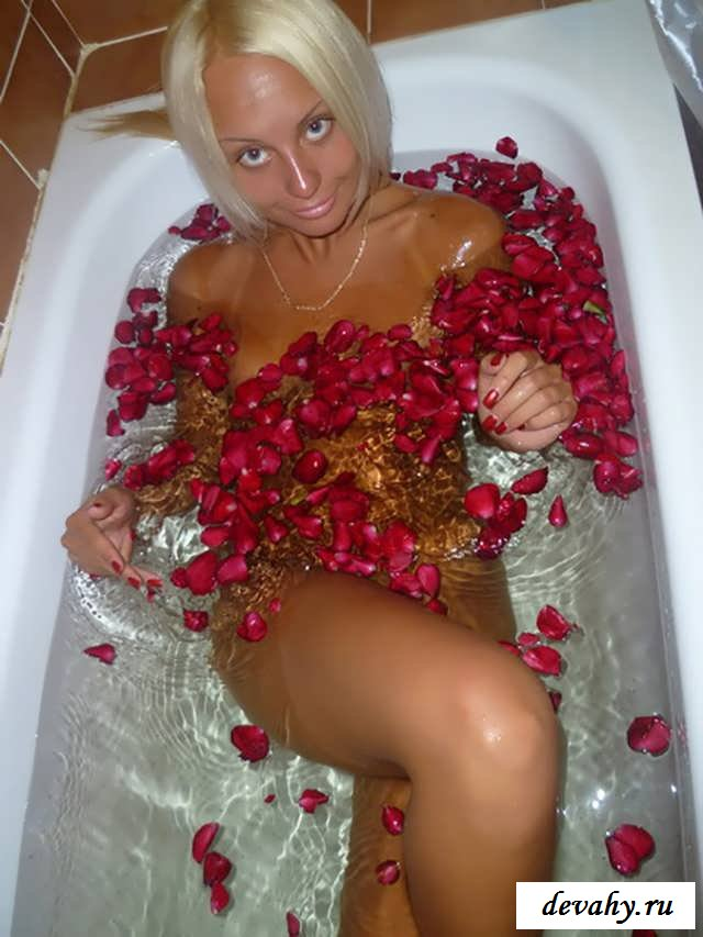 Крепкие ягодицы голенькой суки    (20 эротические фотографии)