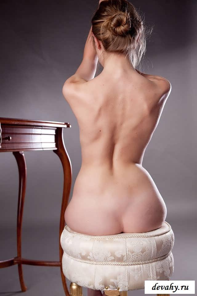 Красивая киска голой студентки  (15 эро фоток)