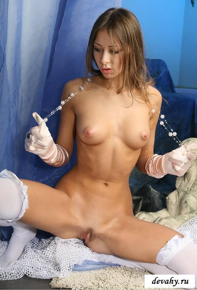 Пизда голой суки в перчатках и чулках (16 фото эротики)