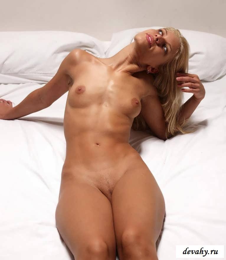 Роскошная порнушка гламурной девахи в постели  (16 картинок в галерее)