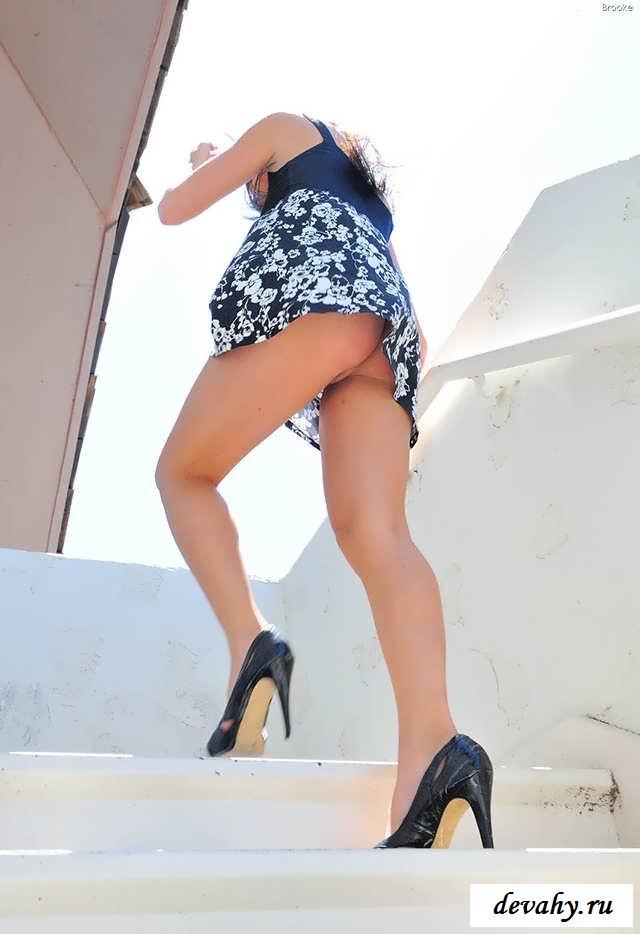 Манда под платьем голой брюнеточки  (16 интим фото) секс фото