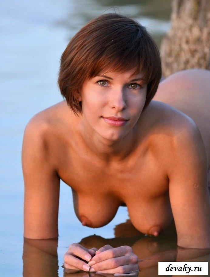 Классная жопа раздетой девахи на озере  (15 эротичекских картинок)