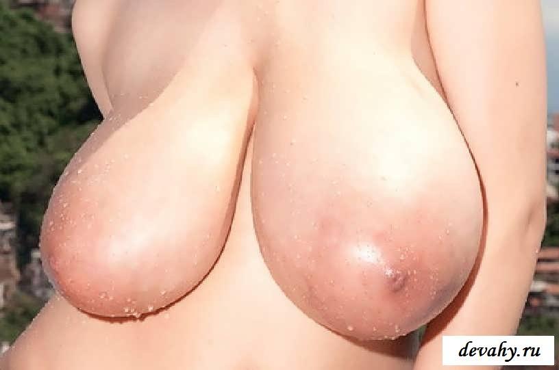 Здоровые буфера обнаженной азиатки у бассейна (15 эротических снимков)