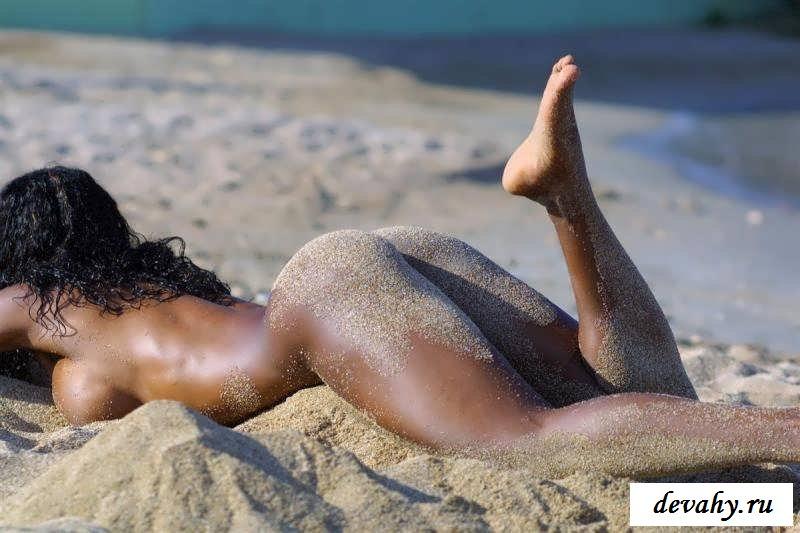 Возбужденные девчата голые на пляже (29 фото эротики)