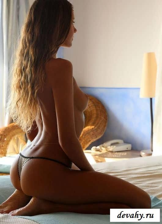 Упругая голая  попка горячей девочки   (15 фото эротики)
