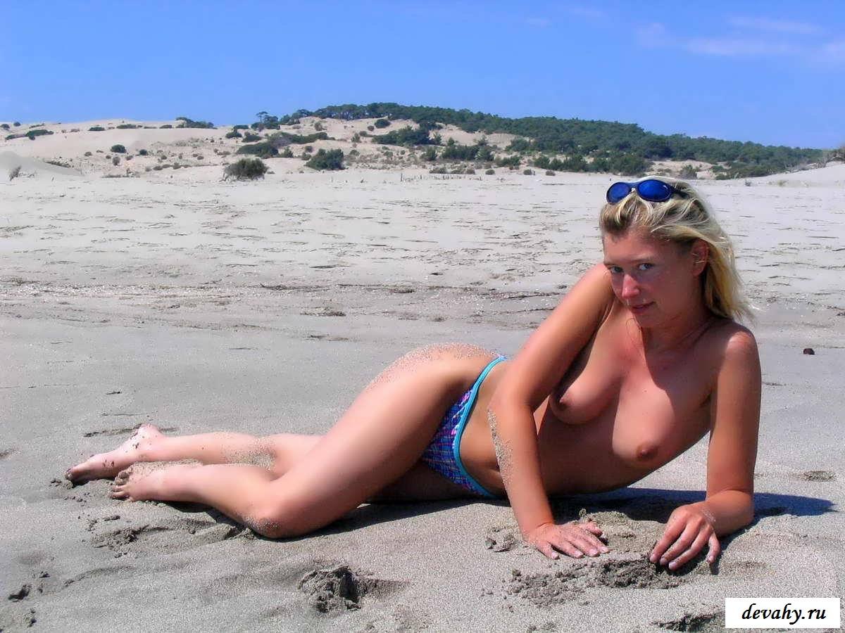 Голая на пляже девушка с мокрой пиздушкой    (37 фото эротики)