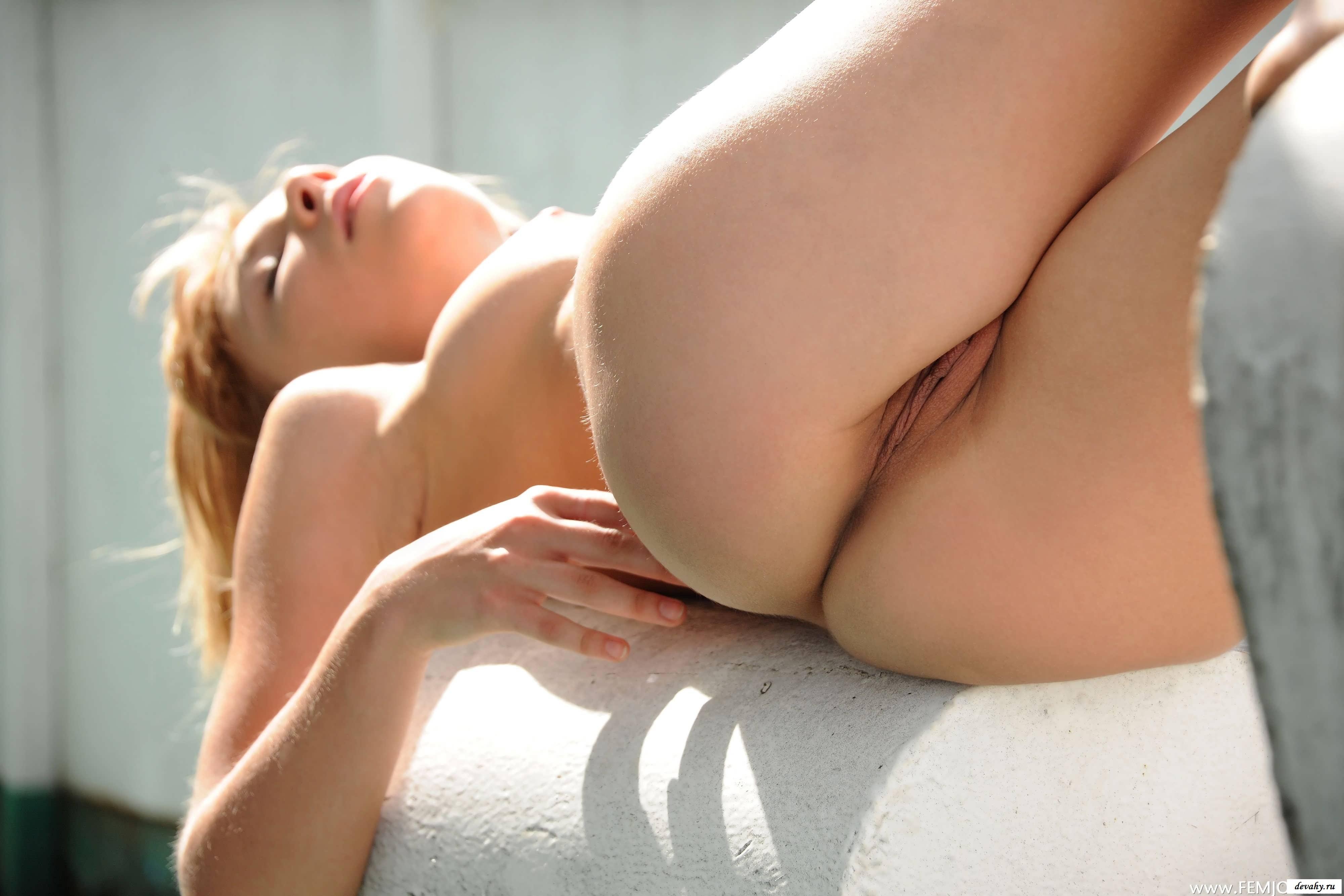 Подкачанная попка  голой девушки в платье    (26 фото эротики)