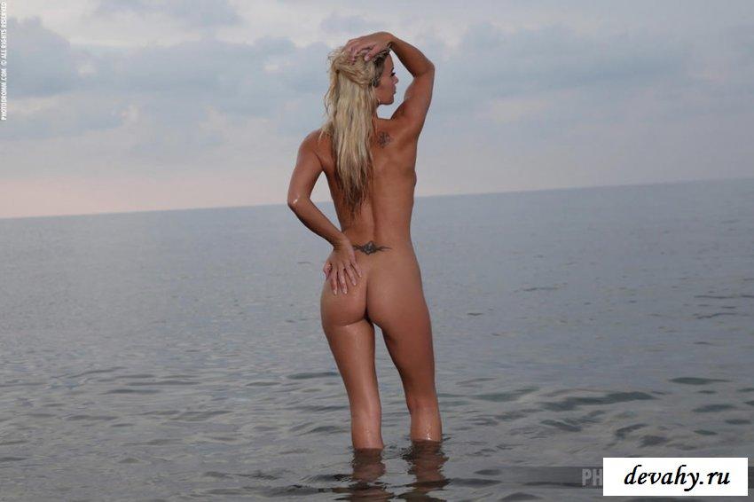 Голая на берегу моря в эротике смотреть эротику