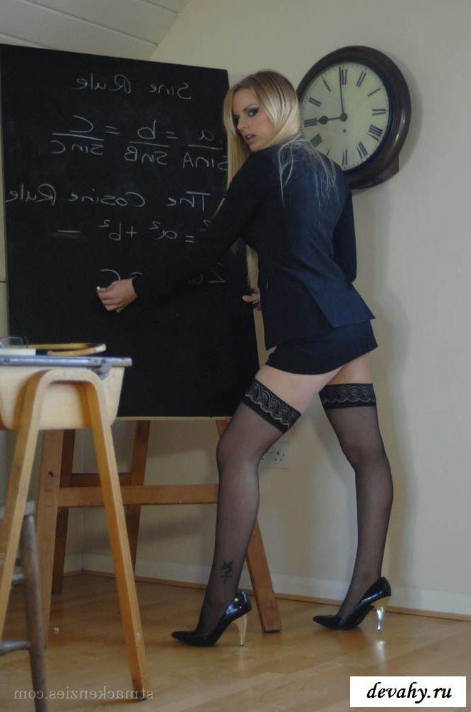 Голая учительница искушает чулками
