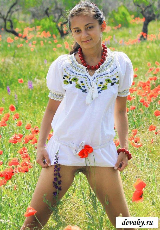 Голая татарочка фоткается в поле
