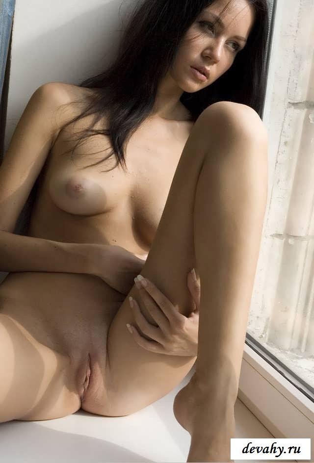 Узкая киска молодой девушки на подоконнике (15 фото эротики)
