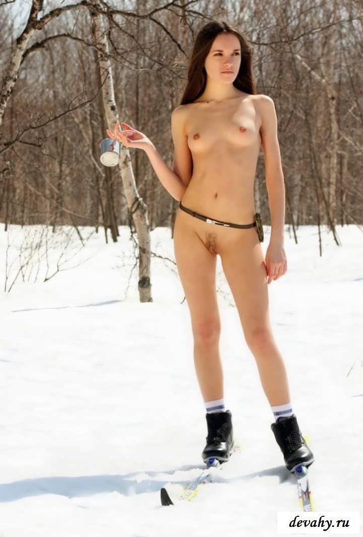 Голая пилотка снегурочки на заснеженных склонах (16 фото эротики)