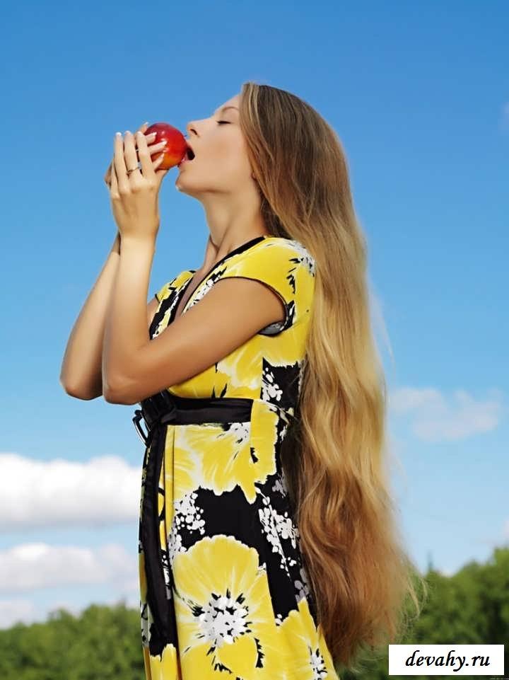 Сладкая киска восемнадцатилетней девчонки  (15 фото эротики)