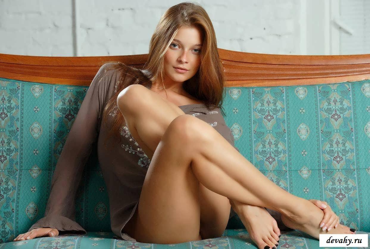 Девчата голяком позируют на диване (24 фото эротики)