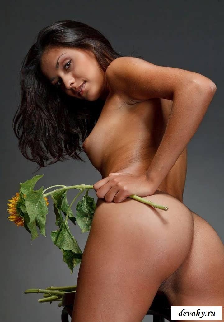 Роковые ноги красотки с цветами (15 фото эротики) смотреть эротику