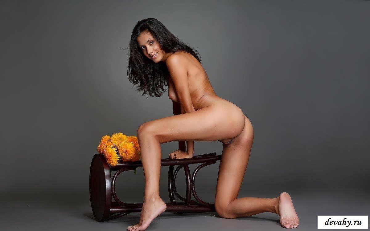 Прекрасные ножки няшки с цветами (15 эротических снимков)