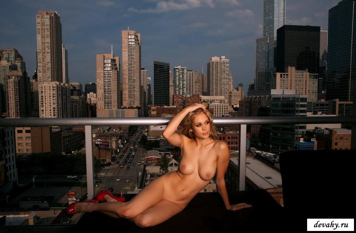 18-летние давалки нежатся под солнцем на крыше   (18 фотки эротики)