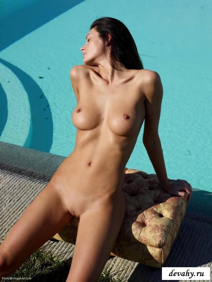 Жгучие писюшки девушек в бассейне  (15 фото эротики)