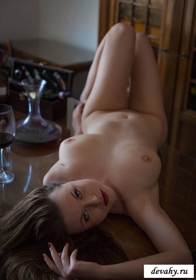 Нагая пьяная путана с естественными дойками   (15 эро фоток)