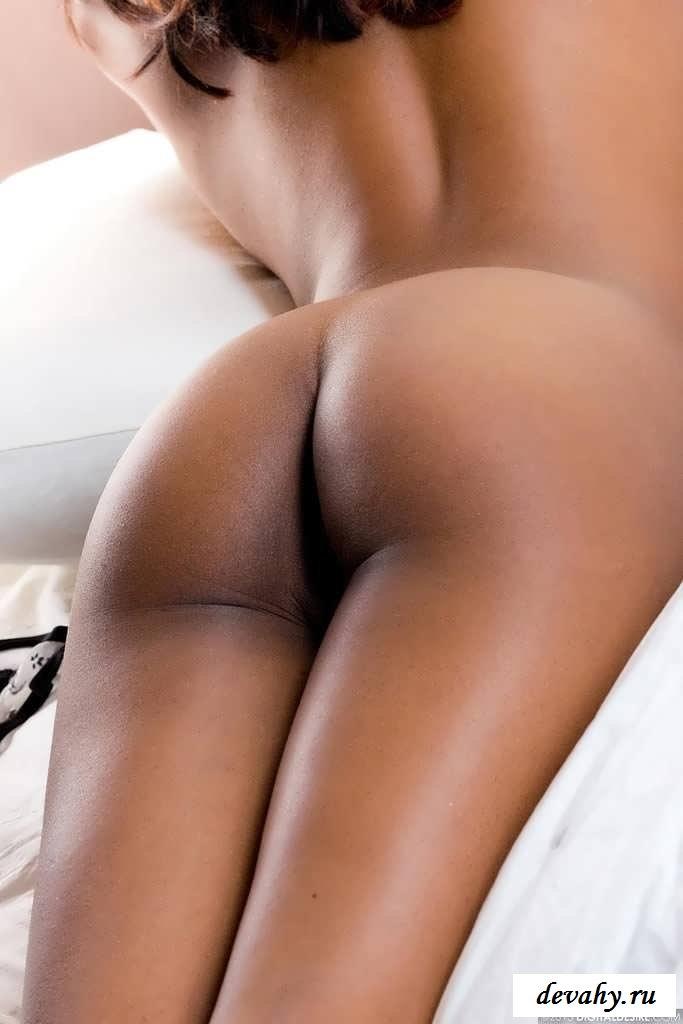 Обнаженная мулатка с аппетитной попой  (Пятнадцать эро фото) секс фото