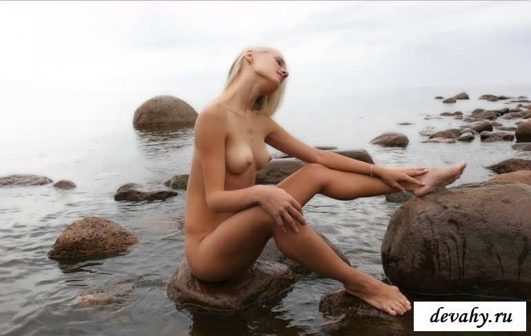 Обнаженная на берегу моря светлая порно звезда играет в одиночестве (15 эротических снимков)
