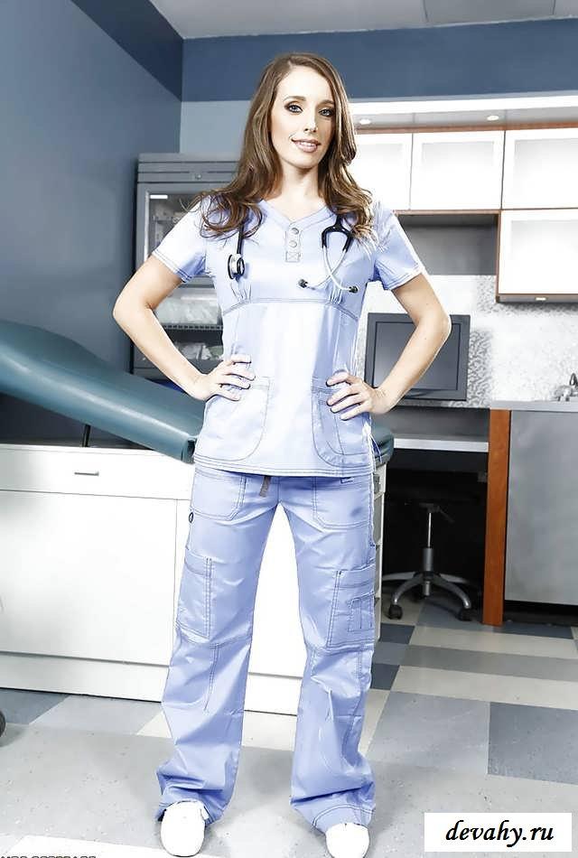 Нагая врачиха в своем кабинете без нижнего белья   (16 картинок в галерее)