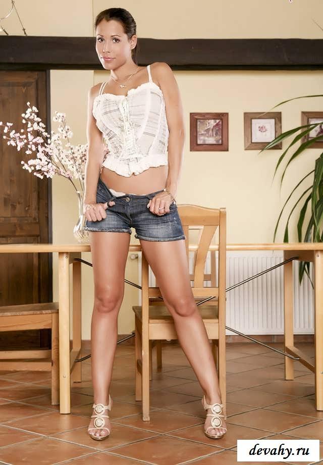 Голые  ножки  славной красавицы (16 фото эротики)
